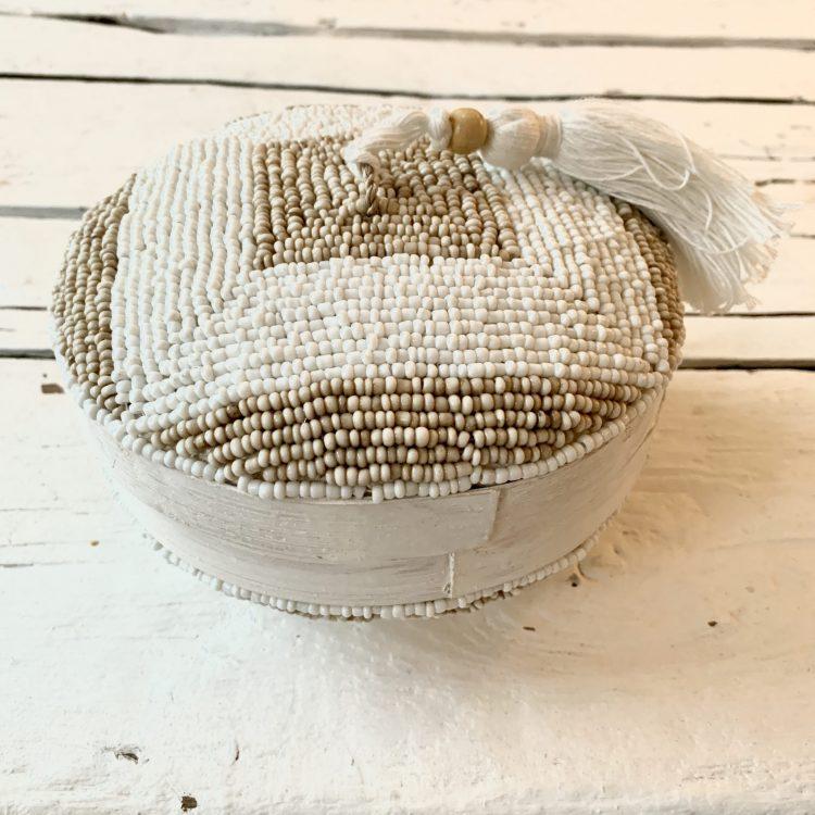 Kralendoos wit en zandkleurige kralen