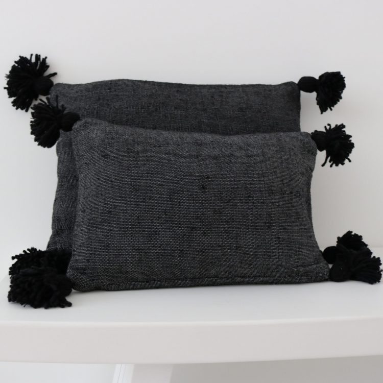 Pompom Kussen Zwart